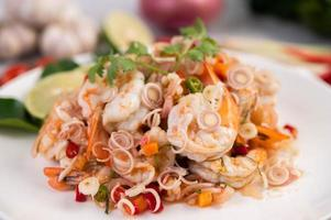 insalata tailandese piccante con gamberetti