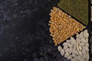 legumi disposti in cerchio su una superficie di cemento nero