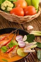 zuppa piccante calda tailandese chiamata tom yum kung con gamberetti