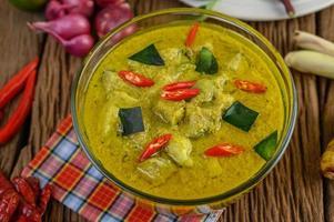 curry verde con lime, cipolla rossa, citronella, aglio e foglie di kaffir