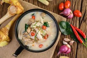 zuppa tom kha kai con foglie di lime kaffir, citronella, cipolla rossa, galanga e peperoncino