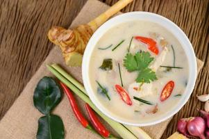 tom kha kai, zuppa di cocco tailandese sul bordo della cucina in legno