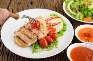 pollo alla griglia con verdure grigliate e insalata