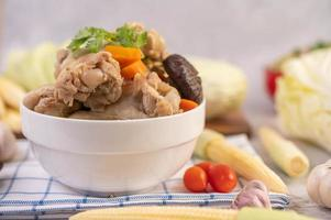 zuppa di polpette di maiale circondata da ingredienti