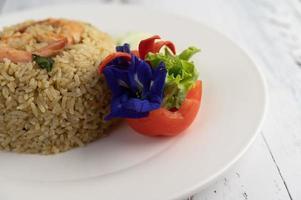 riso fritto con gamberetti decorativi