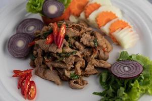 basilico di maiale saltato in padella con carote, cetrioli e cipolla