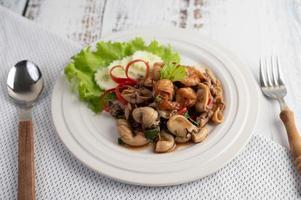 placcato e mescolare basilico fritto con calamari e gamberetti foto