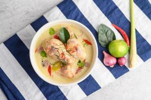 tom kha kai, zuppa di cocco tailandese su un panno a strisce blu