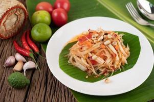 insalata di papaya tailandese con foglie di banana e ingredienti freschi
