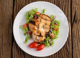 pollo alla griglia con insalata