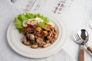 placcato e mescolare basilico fritto con calamari e gamberetti