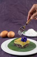 una forchetta raggiunge il dessert di riso colloso nero