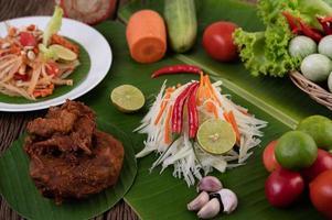 ingredienti freschi per insalata di papaya