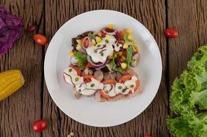 insalata di frutta e verdura su un piatto bianco foto