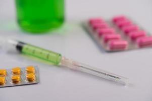 pannelli, siringhe e bicchieri per medicinali foto