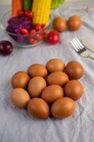 uova su un panno bianco con le verdure