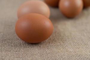 uova biologiche crude su un sacco di canapa