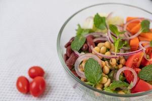 insalata di frutta e verdura fresca in una ciotola di vetro