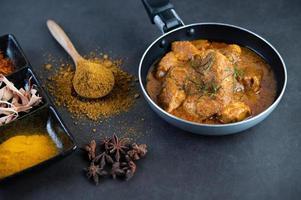 Massaman thai curry con spezie