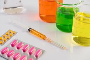 pannelli, siringhe e bicchieri per medicinali