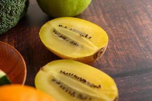 un kiwi giallo tagliato a metà foto