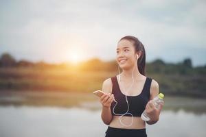 adolescente fitness con auricolari ascoltando musica durante il suo allenamento