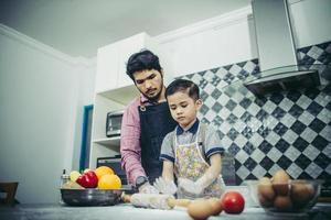 papà insegna a suo figlio come cucinare in cucina