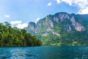 montagne e lago con cielo blu nuvoloso