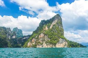 montagne e acqua con cielo blu nuvoloso