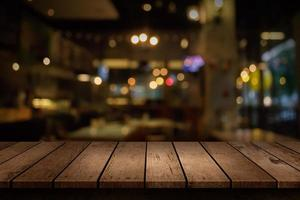 scena ristorante sfocato con tavolo vuoto foto