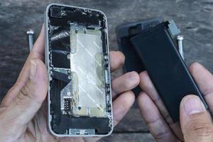 il tecnico che effettua una riparazione del telefono cellulare