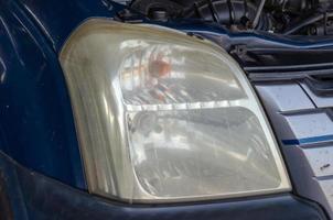 luce di testa di un'auto blu