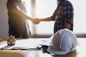 due ingegneri si stringono la mano foto