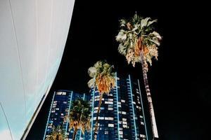 edificio alto durante la notte foto