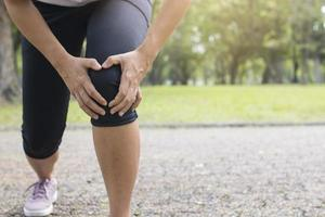 persona con un infortunio al ginocchio