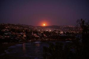 luci della città durante la notte foto