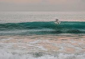 persona che naviga sulle onde del mare foto