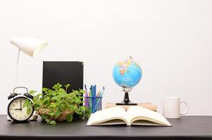 libri sulla scrivania foto