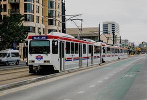 Salt Lake City, Ut, 2020 - Tram bianco e rosso su strada durante il giorno foto