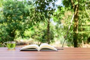 scrivania con sfondo della natura foto