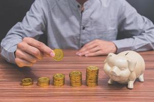 uomo e monete impilate foto