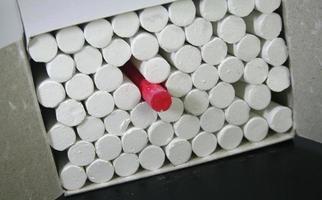 foto di gessetti bianchi in una scatola