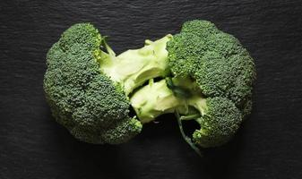 broccoli sul nero foto