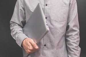 un uomo d'affari con un computer portatile