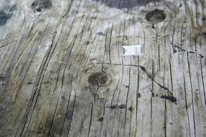 perno della bandiera di colore su legno
