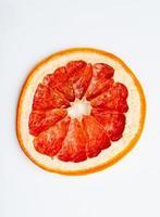 vista dall'alto della fetta d'arancia essiccata isolato su sfondo bianco foto