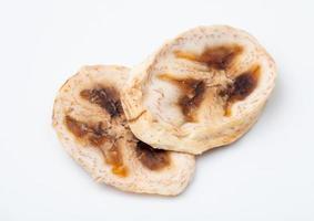 vista dall'alto di chips di banana essiccata isolato su sfondo bianco foto
