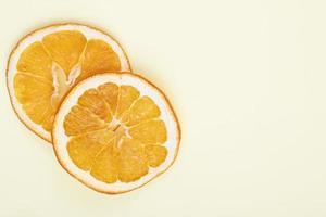 vista dall'alto di fette d'arancia con copia spazio foto