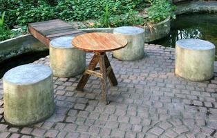 spagna, 2020 - tavolo circolare in legno e sedie in cemento in un parco