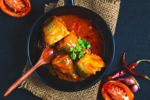 piatto di pesce con salsa di pomodoro foto